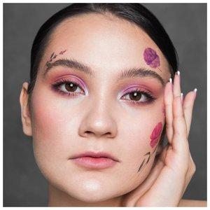 Девушка с цветными татуировками на лице