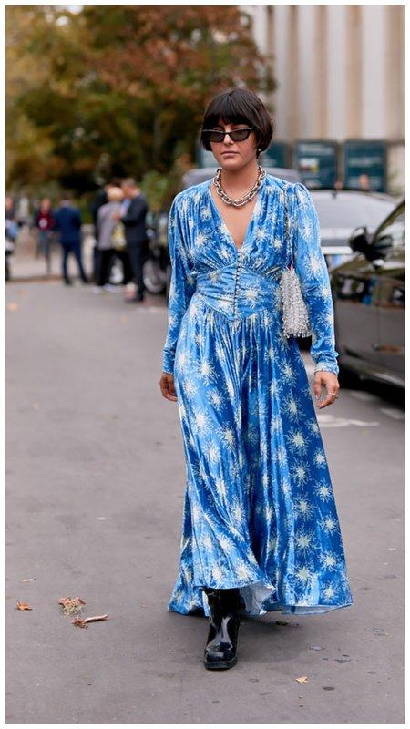 Синее платье и грубые ботинки