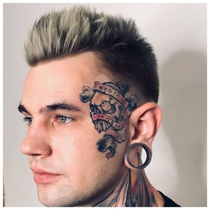 Большая цветная татуировка на лице