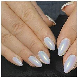 Голографические белые ногти