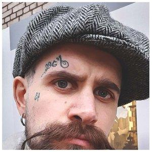 Татуировка над бровью в виде надписи