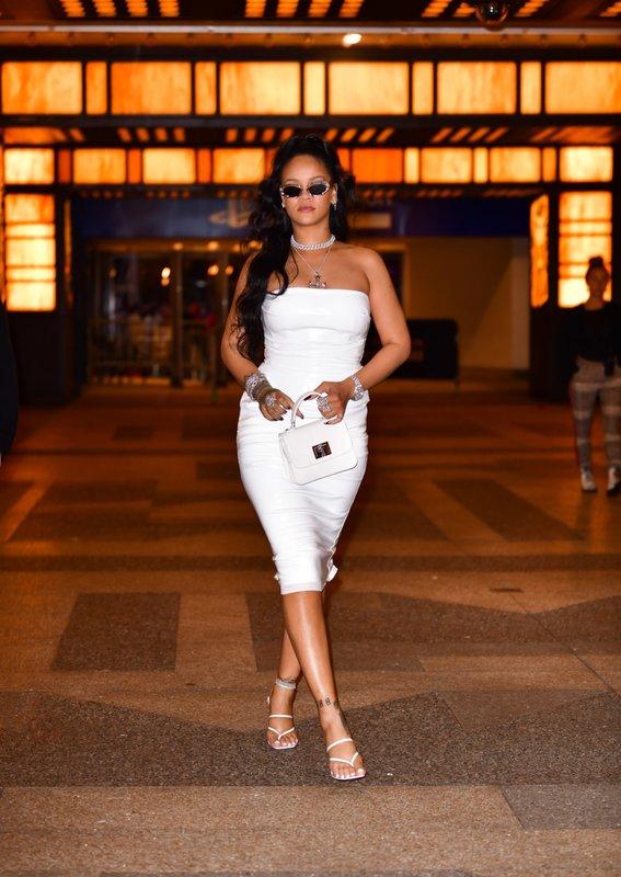 Рианна в белом платье и босоножках вьетнамках на каблуке