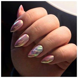 Нежные блестящие ногти с волной