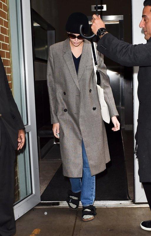 Кайа Гербер носит носки со шлепками