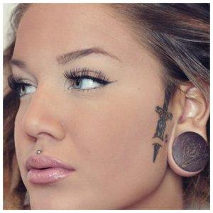 татуировка возле уха