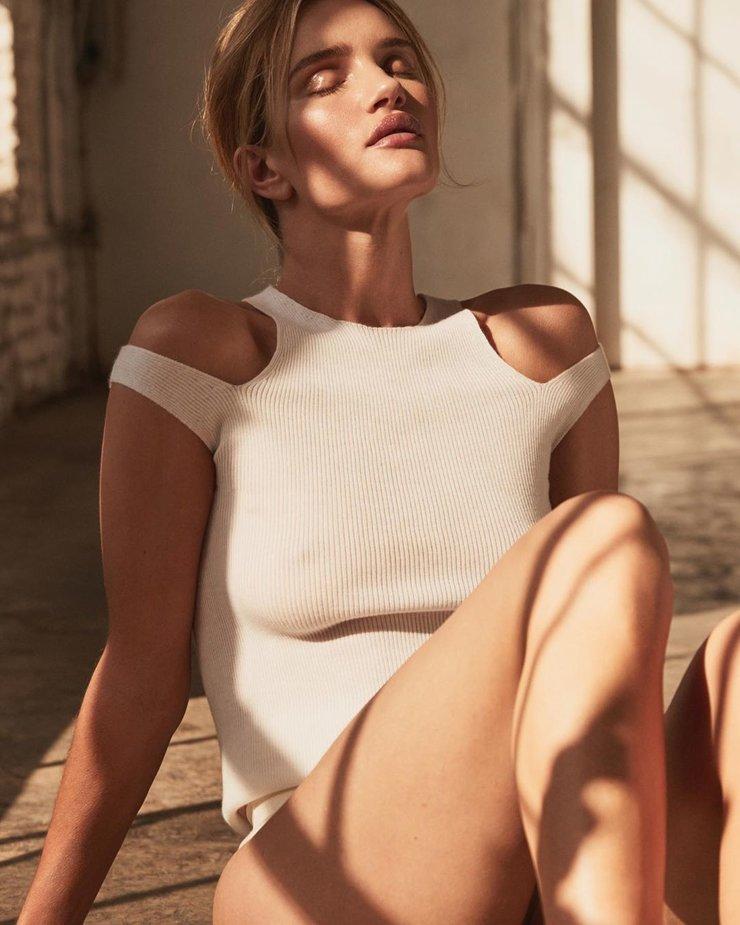 Роузи Хантингтон в трикотажном топе Zara