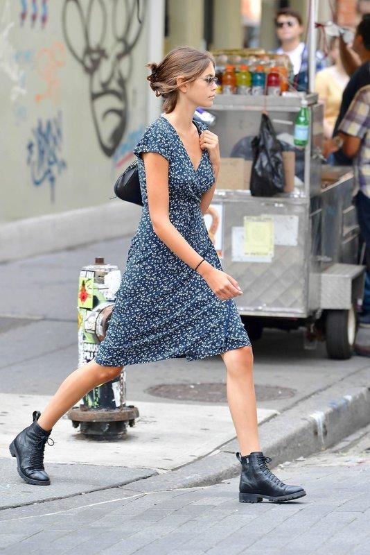 Кайя Гербер на прогулке в платье