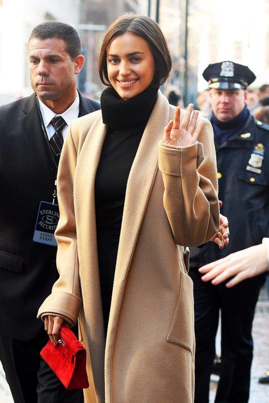 Ирина Шейк в бежевом пальто