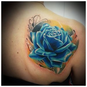Татуировка синяя роза на спине