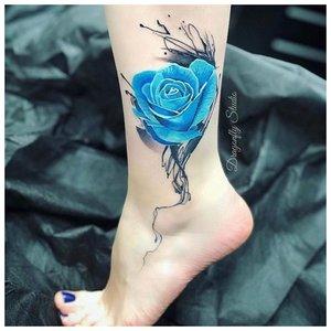 Синяя роза на лодыжке