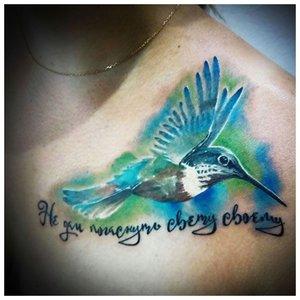 Татуировка колибри на ключице