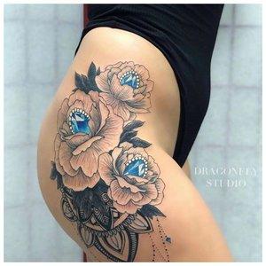 Большая женская татуировка на бедре