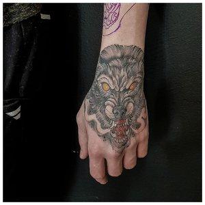 Татуировка изображение волка на кисти