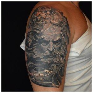 Художественная татуировка на плече