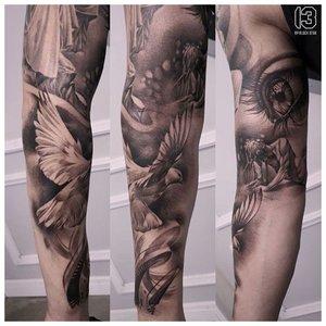 Черно-белая татуировка на предплечье