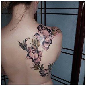 цветная женская татуировка на спине
