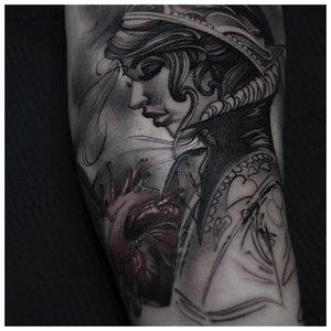 Девушка татуировка на руке