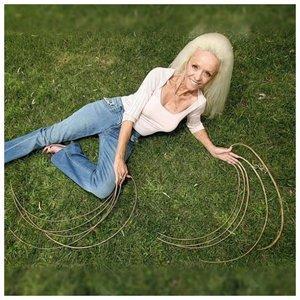 Ли Реймонд и ее длинные ногти