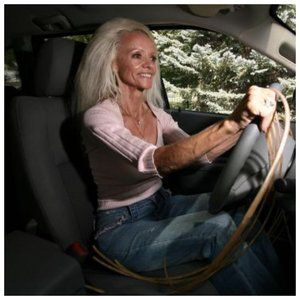 Ли Реймонд с длинными ногтями водит машину