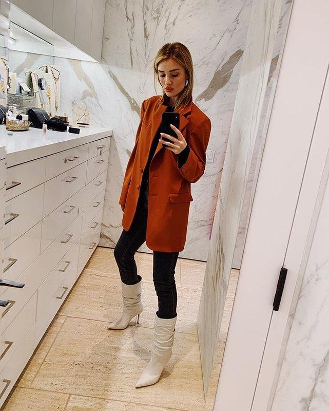 Образ с оранжевым пиджаком и сапогами