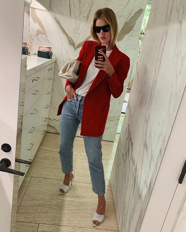 Красный пиджак и голубые джинсы - красивый образ