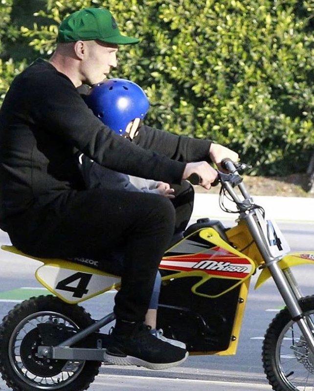 Джейсон Стейтем учит сына кататься на мини-мотоцикле