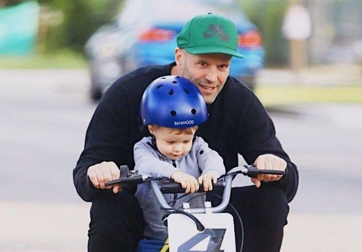 Джейсон Стейтем с сыном катается на мини-мотоцикле