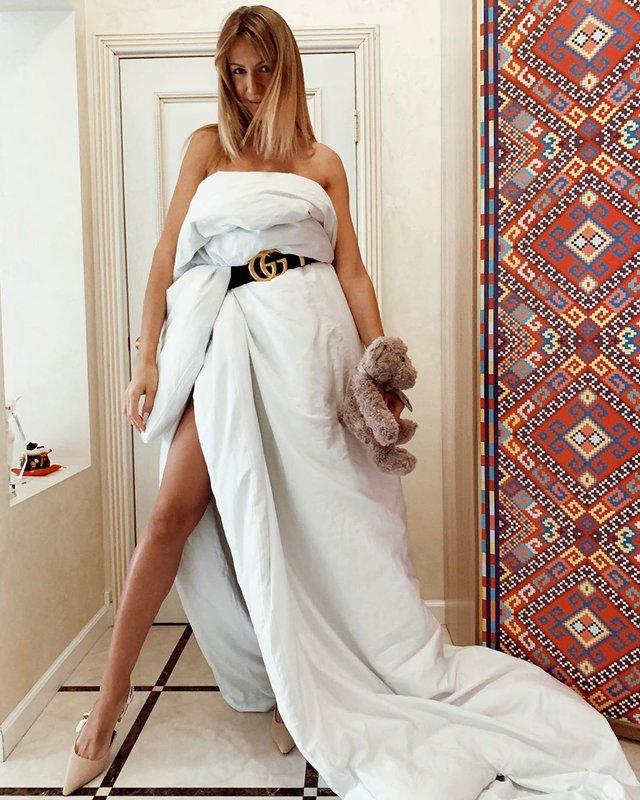 Леся Никитюк с одеялом вместо платья