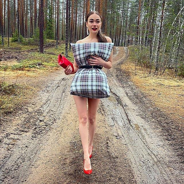 Яна Кошкина с подушкой
