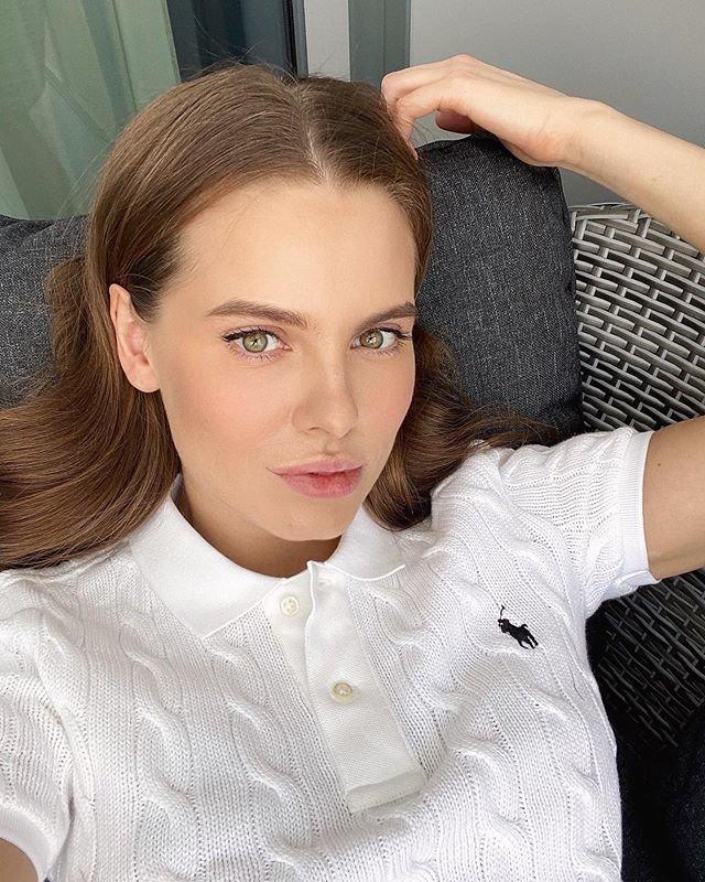 Даша Клюкина в вязанной футболке поло