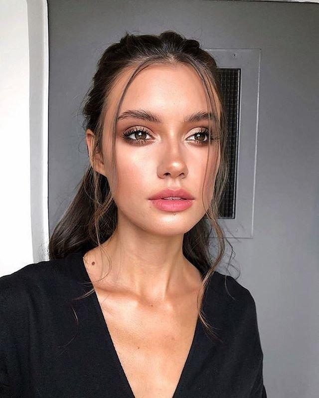 Красивая девушка с макияжем