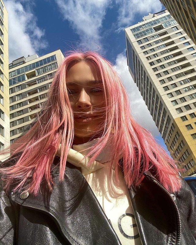 Рудова с розовыми волосами