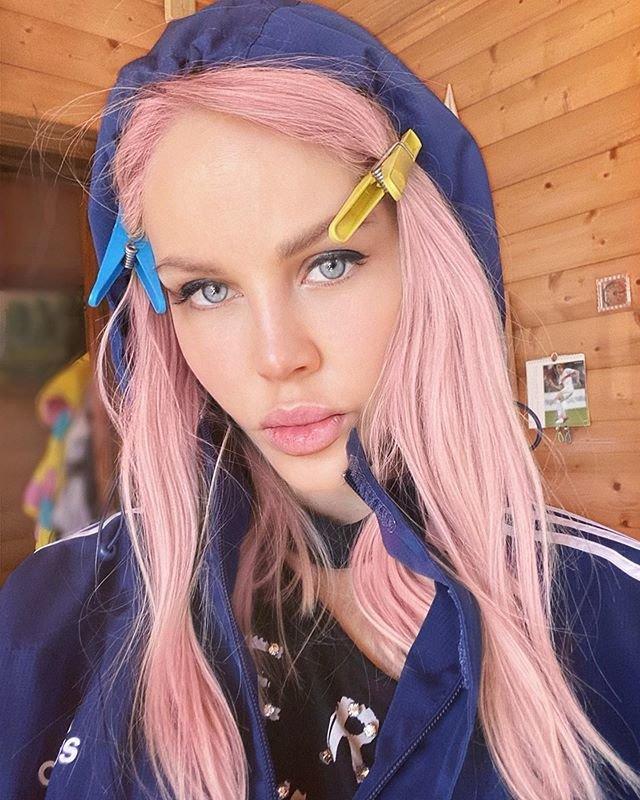 Мария Погребняк с розовыми волосами