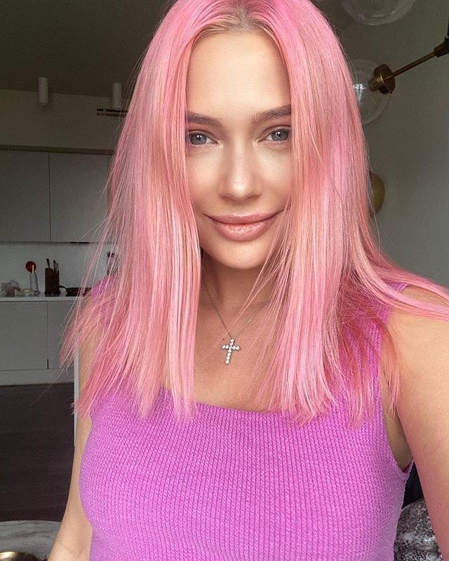 Рудова с розовыми волосами селфи