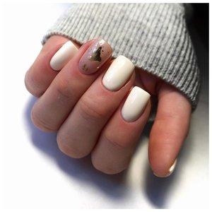 Трендовые белые ногти с фольгой