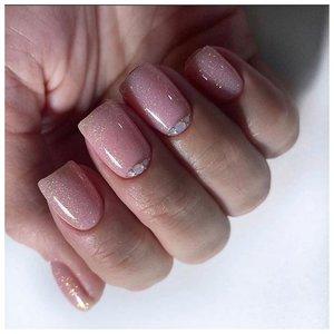 Нюдовые ногти с лунками в виде камней
