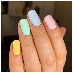 Разноцветный короткий маникюр
