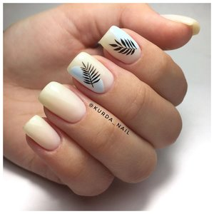 Нежные ногти с наклейками в виде листьев