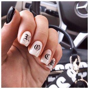 Трендовые ногти с логотипами