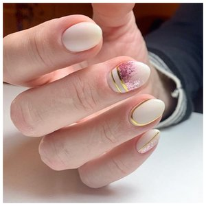 Нежные ногти с золотой лентой