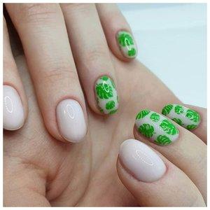 Светлые ногти с зелеными наклейками