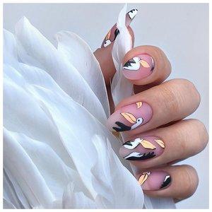 Длинные ногти с наклейками в виде птиц