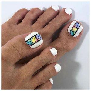 Белый ногти с рисунком