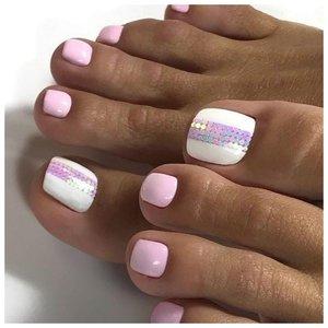 Белые ногти на ногах с дизайном