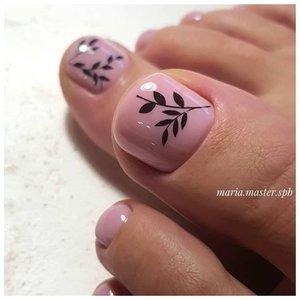 Нюдовые ногти на ногах с рисунком