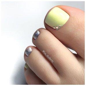 Пастельно желтые ногти на ногах