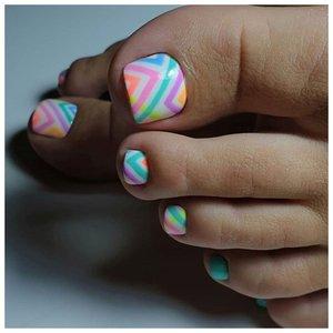 Зигзаги на ногтях