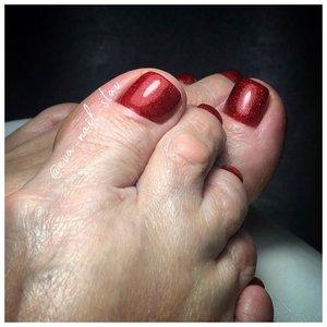 Красный педикюр для женщины 50