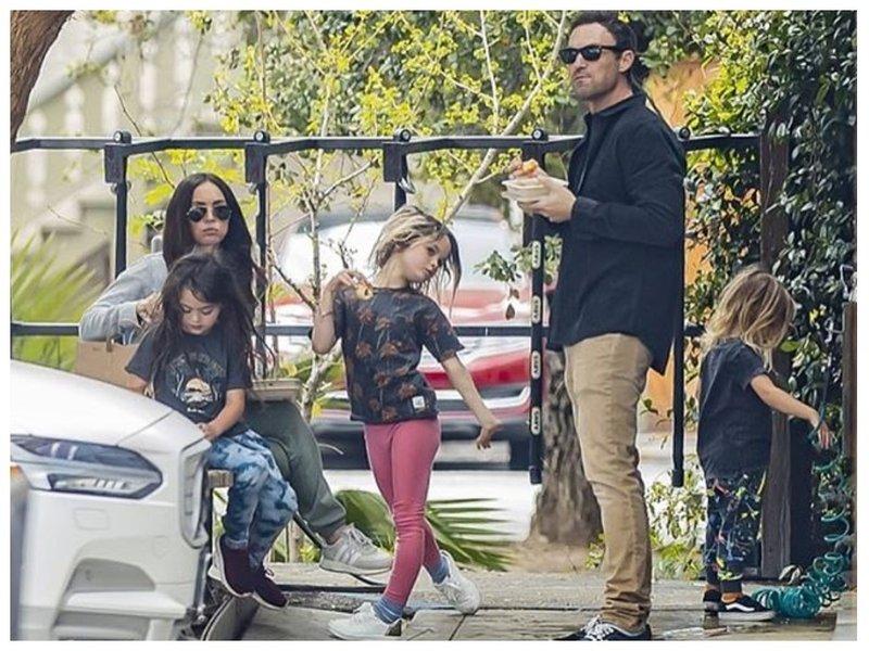 Меган Фокс и Брайан Остин с сыновьями на прогулке