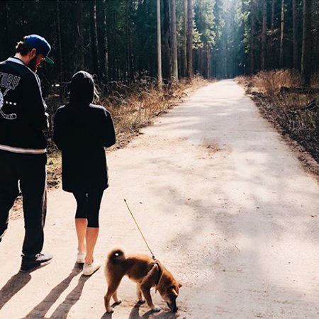 Телегин на прогулке с собакой и Марией